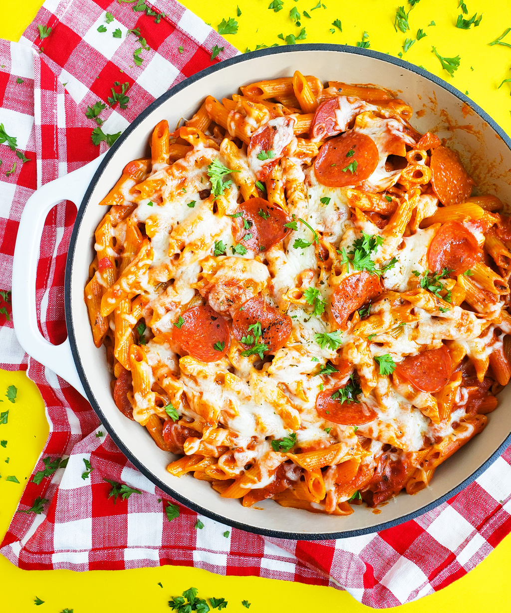 Everything you love about pepperoni pizza, in a one pot, kid-friendly pasta recipe! This Easy Cheesy One Pot Pepperoni Pizza Pasta is ready in just 30 minutes. #pizzapasta #30minuterecipe littleeatsandthings.com