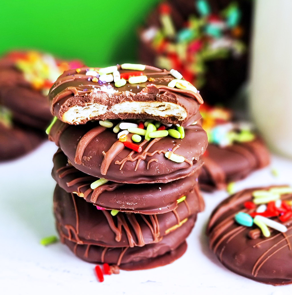 These 3-Ingredient Thin Mint Cookies taste amazing, and they are made with ritz crackers, chocolate, and mint. littleeatsandthings.com