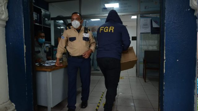 Fiscalía allana 20 oficinas de gobierno y busca documentos de compras irregulares