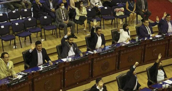 Diputados: «No será obligación», Bukele: «Sí será obligación»