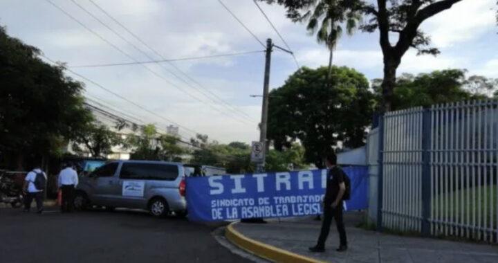 Trabajadores de la Asamblea Legislativa cierran acceso en protesta para frenar despidos