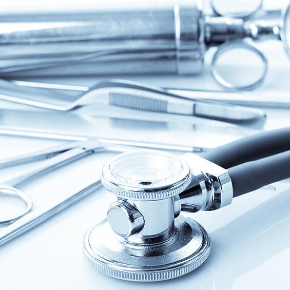 (© oksix - Fotolia/stock.adobe.com) Medical instruments for ENT doctor on white