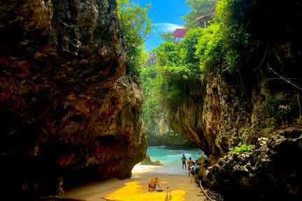 Uluwatu-Cave-entrance-2-NextLevel-Surfcamp-Bali