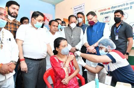 CM धामी ने कोविड वैक्सीनेशन कैम्प का किया शुभारंभ