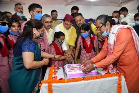 दृष्टिबाधित बच्चों के साथ मनाया CM धामी ने अपना जन्म दिवस