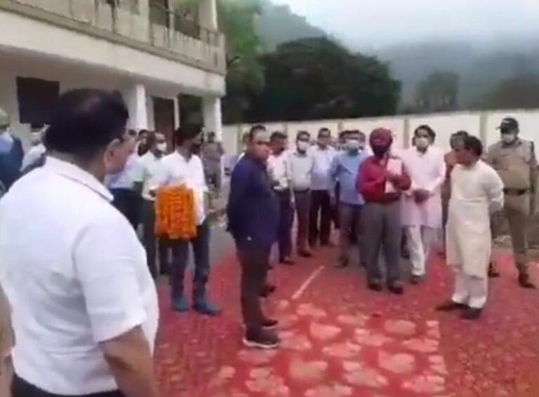 बड़ी खबर : जब मंत्री धन सिंह के सामने ही विधायक काऊ ने कार्यकर्ताओं को सुनाई खरी-खरी। पहले भी कई बार हुई खींचतान