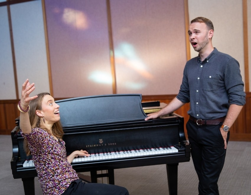 voice-teacher-with-student-singing-in-a-lesson-in-Albany