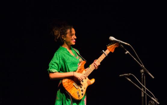 Na voz, violão, percussão e produção: Anna Tréa!