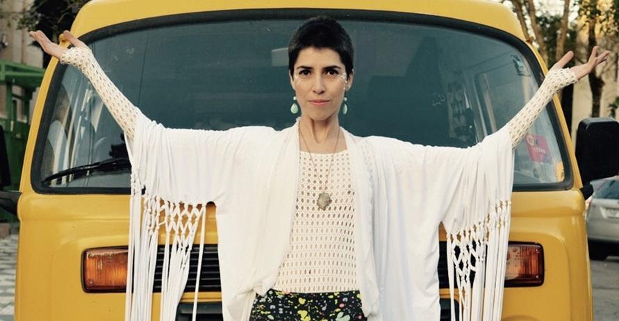 Mariana Degani e sua multiarte que transformou uma kombi amarela em estúdio