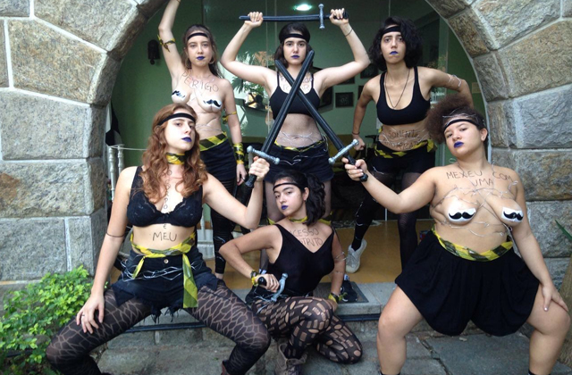 Mulheres de Buço: o coletivo que mistura sete artistas-performers