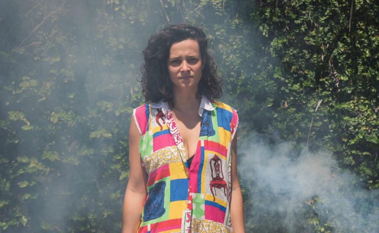 """""""Sou sapatão e sou feliz"""": BEL, ex Xanaxou, lança clipe no calor do Rio de Janeiro"""