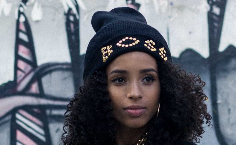 "Dona da poha toda: Lika Meireles lança ""Mina Boss"" ao lado da rapper Kathy"