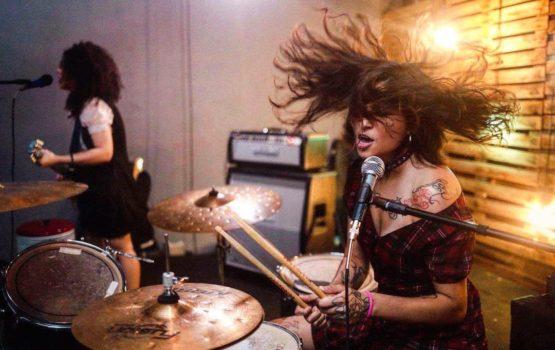 Mais de dez bandas feministas se apresentam no Festival Hard Grrrls
