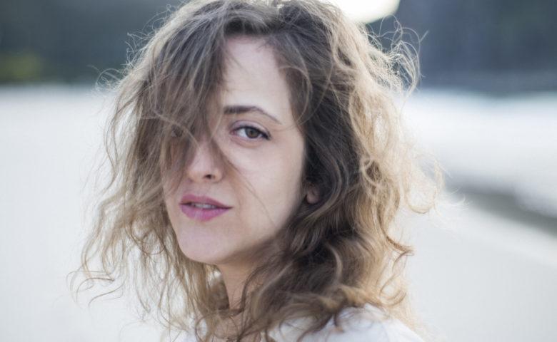 Laura Lavieri assume as rédeas da carreira solo e pede por respeito