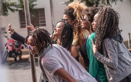 Making Of: clipe novo de Bia Ferreira tem mulheres negras em todo o elenco