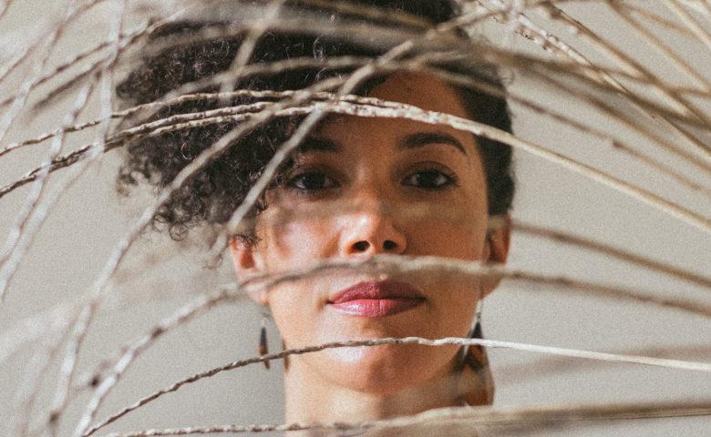"""Os recomeços de Uma Sey em seu primeiro EP solo, """"Open Sea"""""""