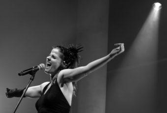 """Pistinha, amigos e cantoria: Vanessa Bumagny estreia clipe de """"Cinema Ilusão"""""""