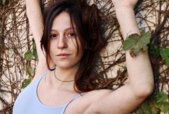 """Giovanna Moraes mergulha fundo em suas incertezas no novo single """"Devaneios"""""""