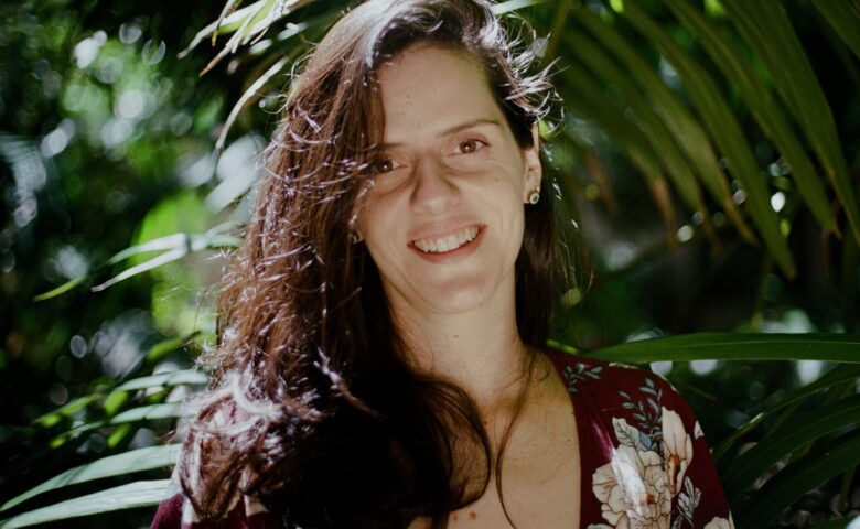 """Em """"Carta ao Tempo"""", Luísa Gouvêa estreia na cena e se joga de vez na arte"""