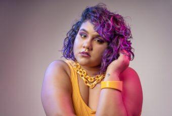 """Isa Roth abre caminho para novo EP com o single pop e corajoso """"Vai Assim Mesmo"""""""