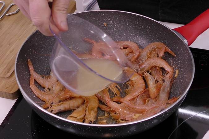 Add the lemon juice to the semi-finished shrimp