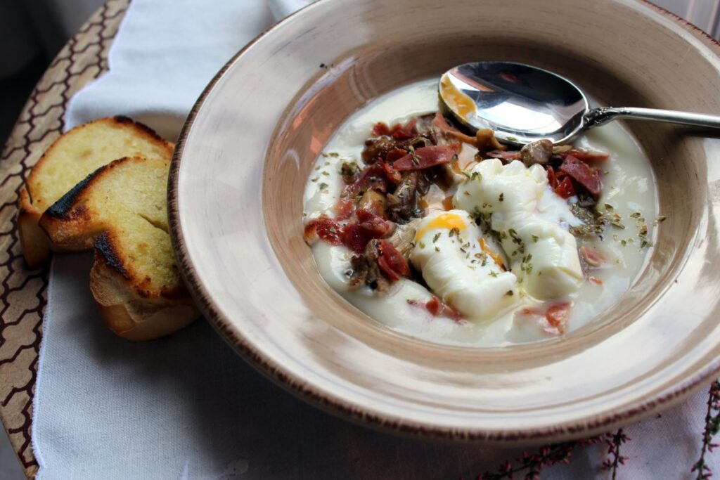 Chanterelles with potato cream and poached egg  Dressing  Blog for cooking, gastronomy and recipes
