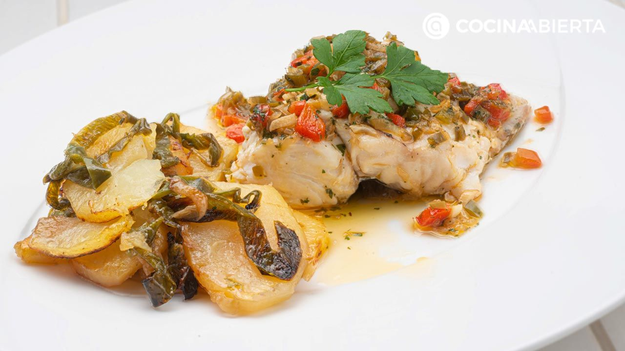 Baked hake on the nape of the neck with baked potatoes and hot vinaigrette, recipe by Carlos Arginiano!