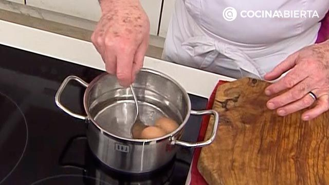 Mini pastries with tuna with tomatoes, delicious baked dumplings by Carlos Arginiano - step 1