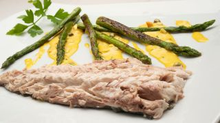 Chicharo with salt with green asparagus and tartar sauce