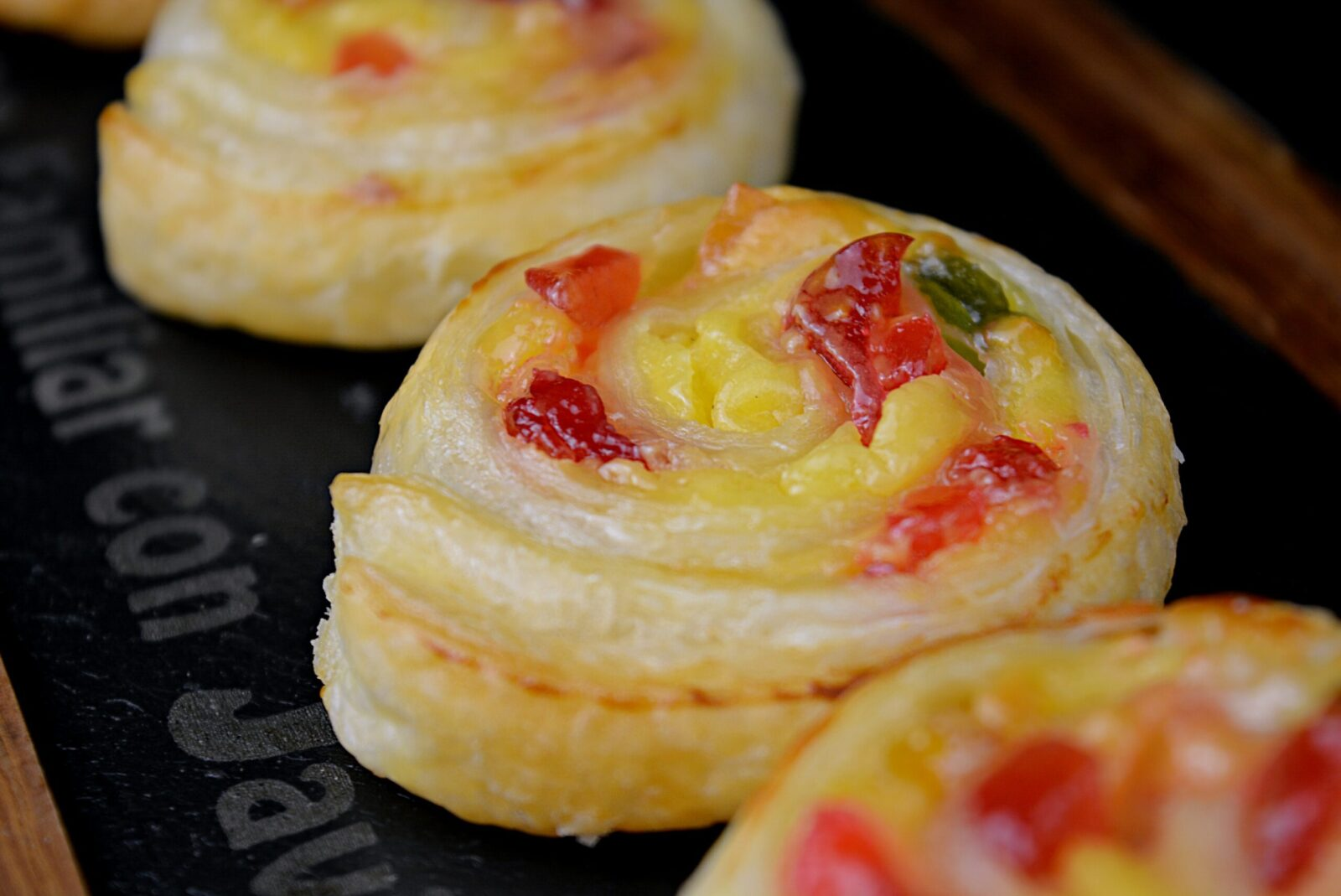 Puff pastry shells with confectionery cream and fruit