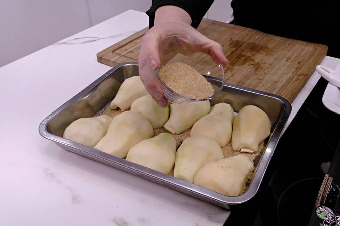 Prepare the pan with the pears