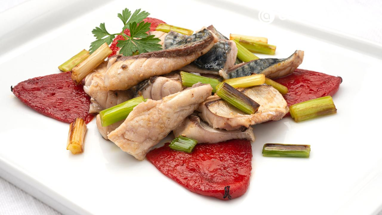 Sauteed verdel (mackerel) with garlic and peppers - Recipe by Carlos Arginiano in Open Kitchen - Hogarmania