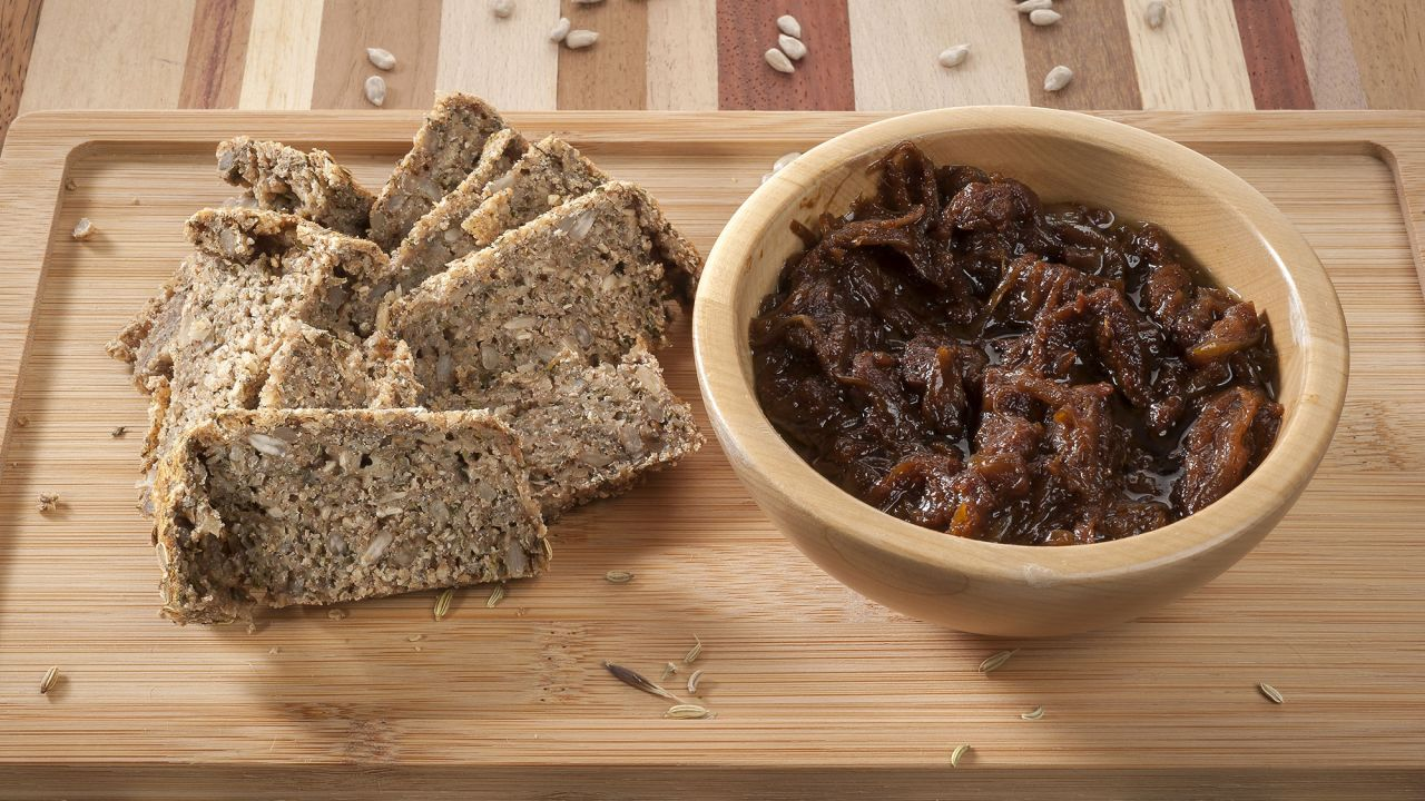 Recipe for bread with seeds and herbs with onion and ginger compote - Guty Carvajal
