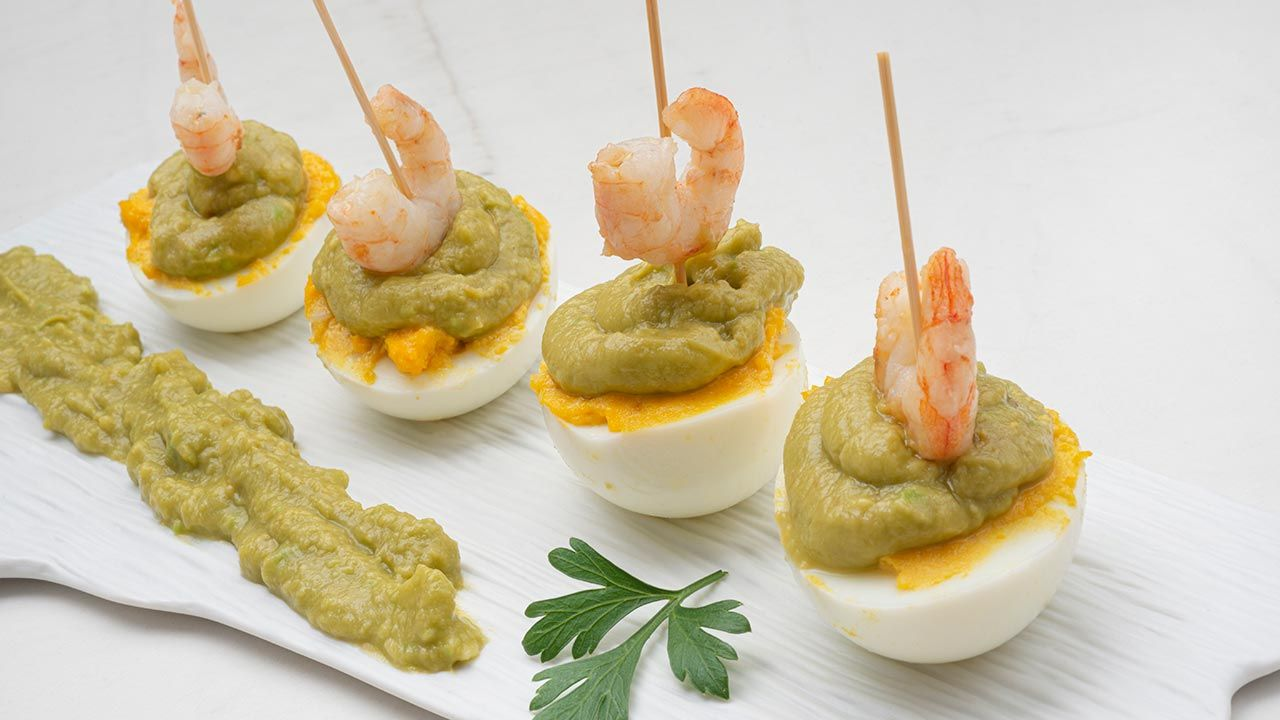 Eggs stuffed with guacamole and shrimp: delicious and easy to prepare appetizer