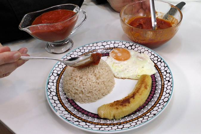 Assemble the Cuban dish with rice