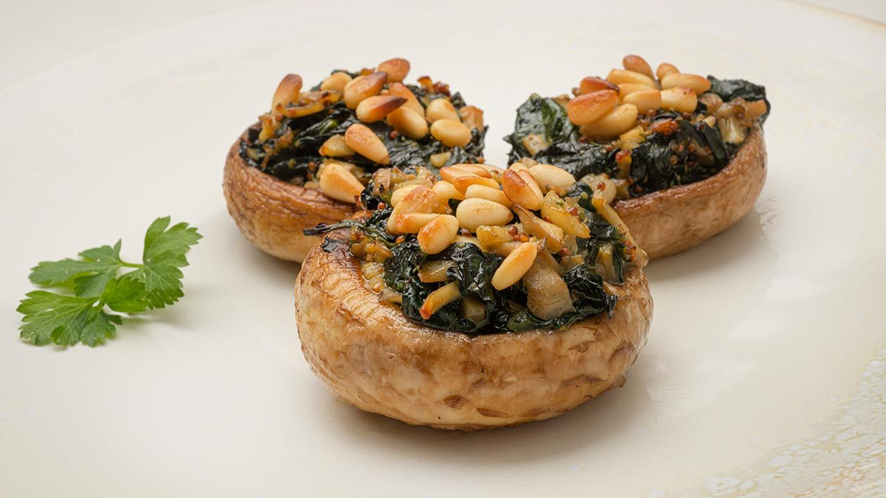 Mushrooms stuffed with spinach and pine nuts - Recipe by Carlos Arginiano in Open Kitchen - Hogarmania