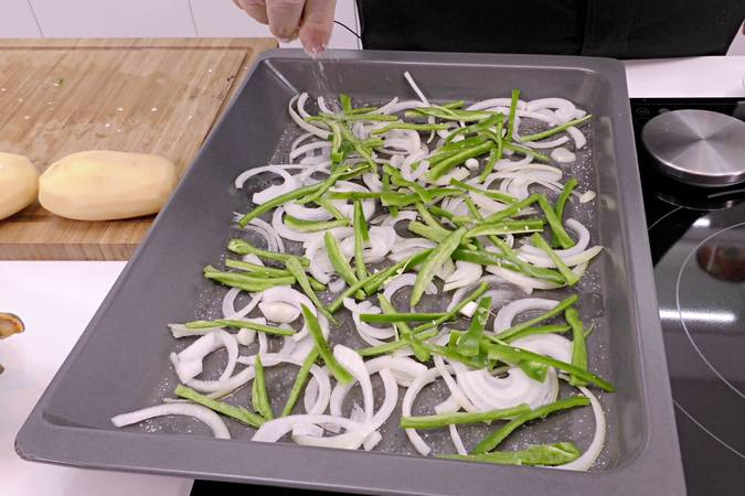 Prepare the oven tray with the vegetables