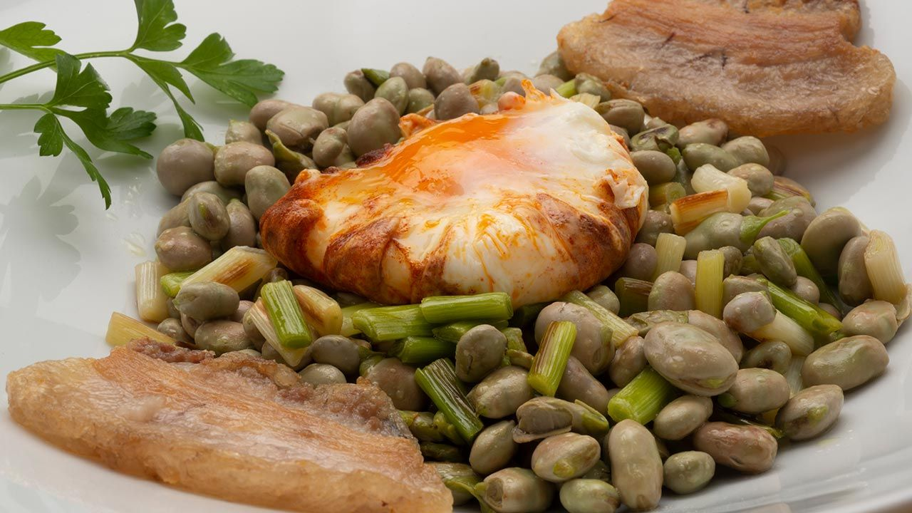 Recipe for wide beans with fresh garlic, double chin and colored egg - Karlos Arguiñano