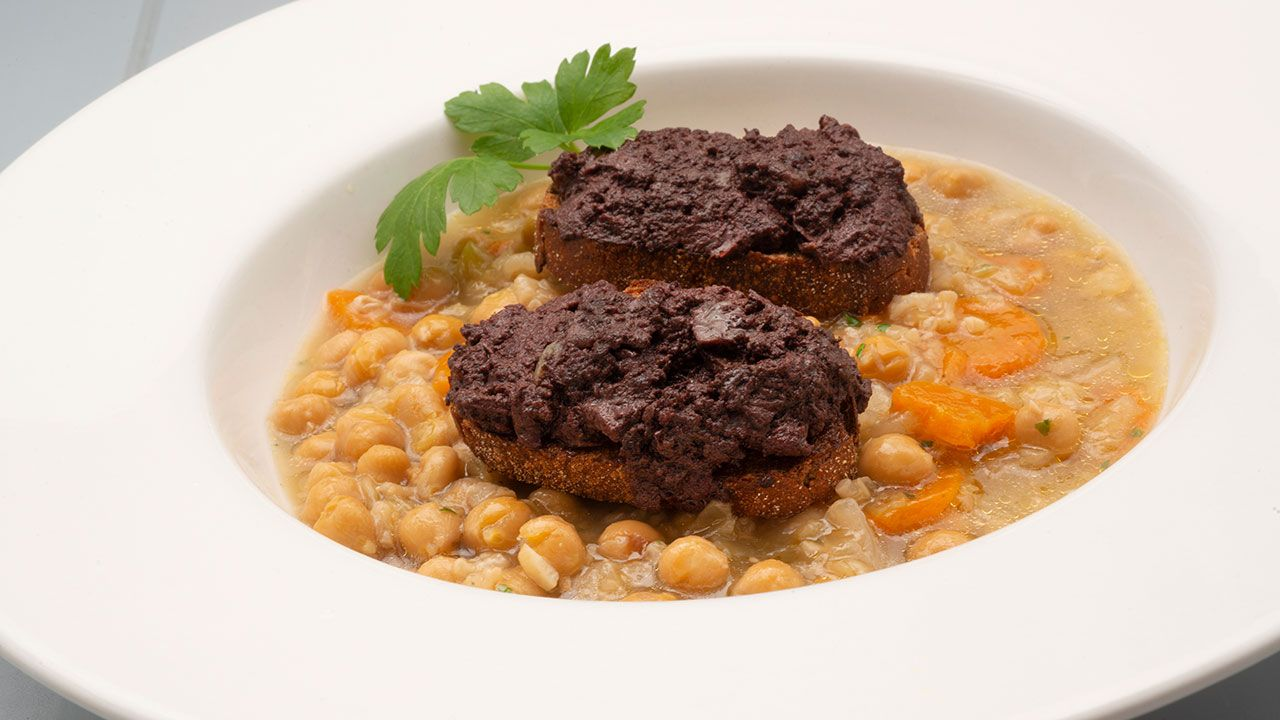Recipe for chickpeas, rice and cabbage with toasted slices with black pudding - Carlos Arginiano