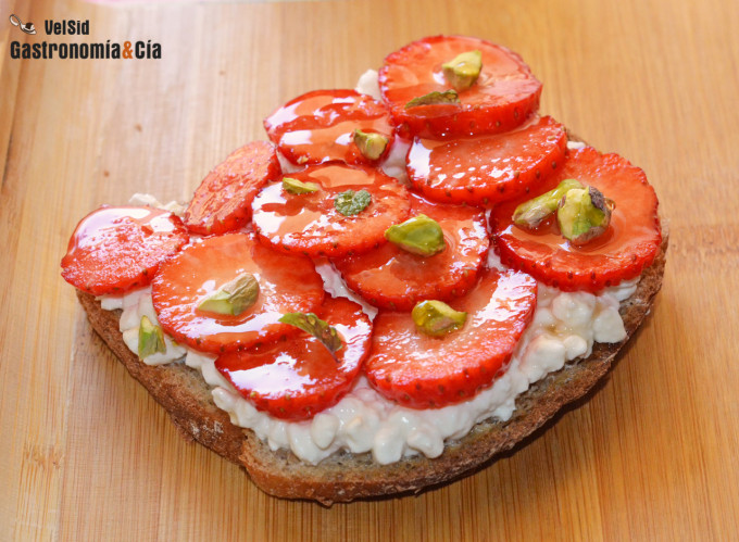 Toast with cottage cheese, strawberries and pistachios
