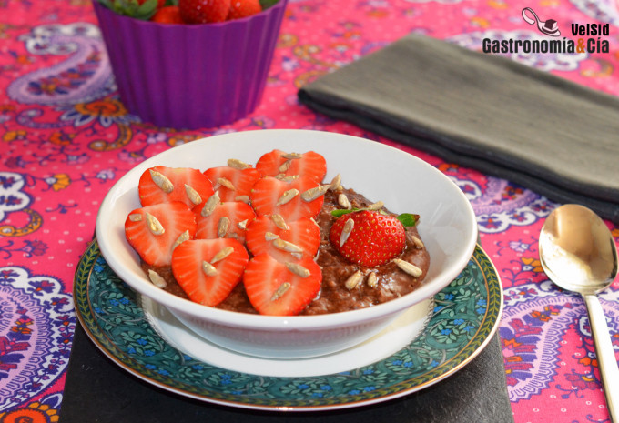 Wholemeal oatmeal with locust beans, strawberries and seeds