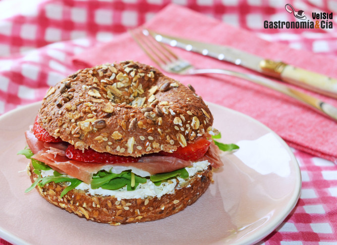 Bagel with serrano ham and strawberries