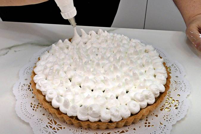 We cover the entire surface with meringue