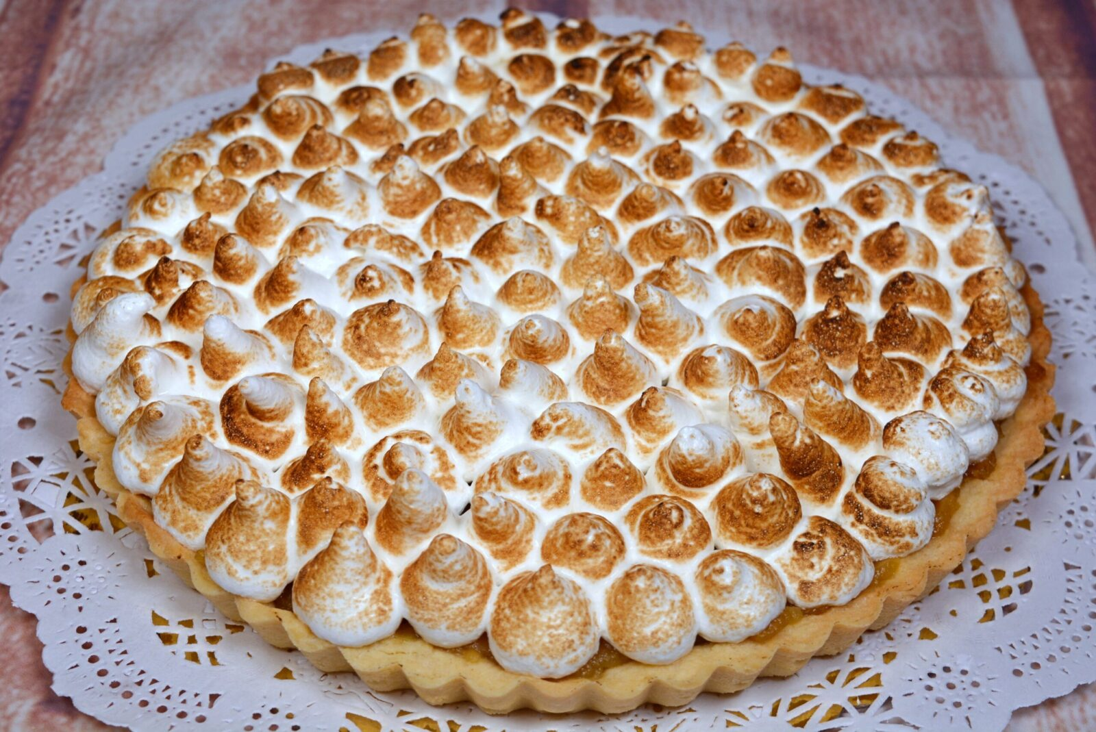Apple and meringue tart with a short base of the rind