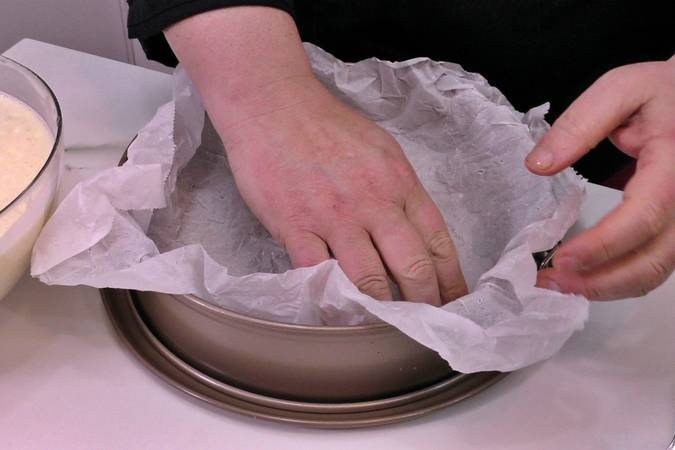 Moisten the greaseproof paper and place it in the form