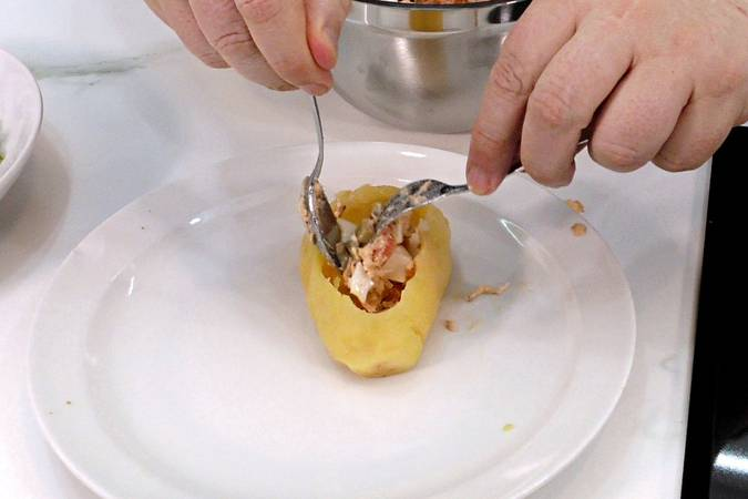 Step 5 of potatoes stuffed with salad, an easy and quick recipe