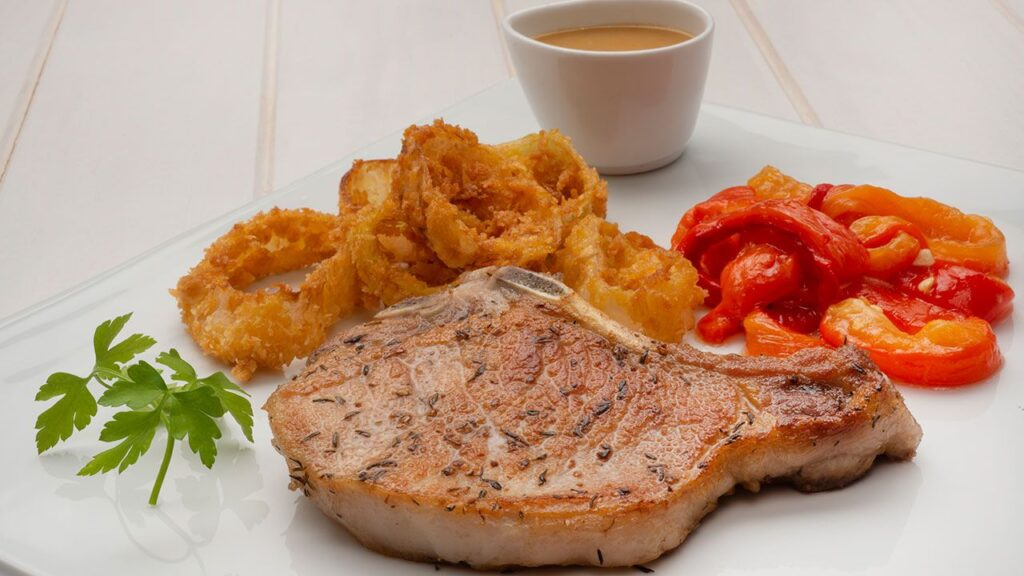 Recipe for pork chops with roasted peppers and onion rings - Carlos Arginiano