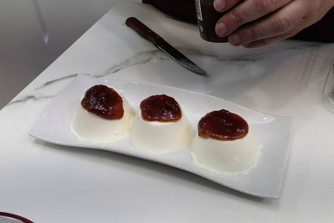 We disassemble and finish the panna cotta