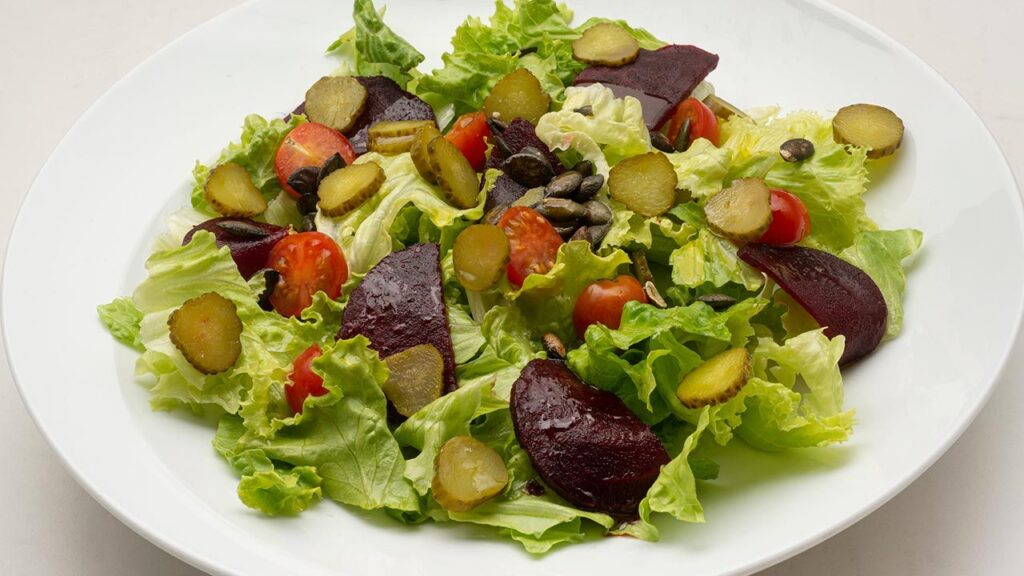 Recipe for lettuce, beetroot and pickles salad - Carlos Arginiano