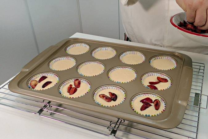 Cherry cupcakes with creamy cream with step 7